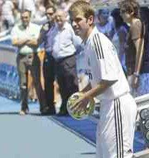 El Real Madrid presenta a Rafael Van der Vaart