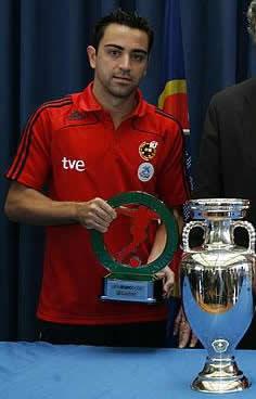Xavi recibe el premio al mejor de la eurocopa