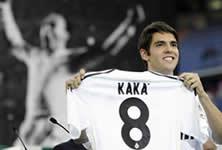 Foto de Kaká presentado por el Real Madrid ante 50.000 espectadores