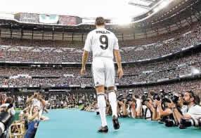 Foto de Cristiano Ronaldo presentado en el Bernabéu ante casi 90.000 personas