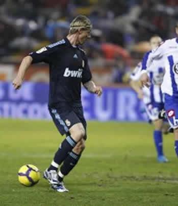 Foto de El Real Madrid vence 1-3 al Depor en Riazor (Foto de Guti en el momento del taconazo del gol al Depor