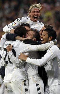 Foto de El Real Madrid vence 3-2 al Sevilla y se sitúa líder